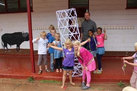 3.-4. klasse bygger med papir og lærer at trekanter er viktig for at det skal bli stabilt.