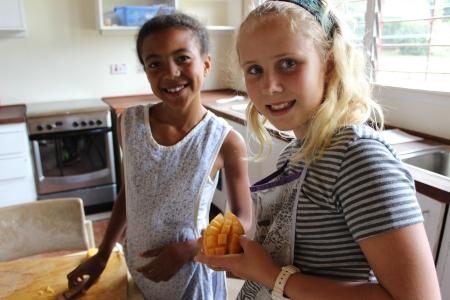 Lærer å dele opp mango.