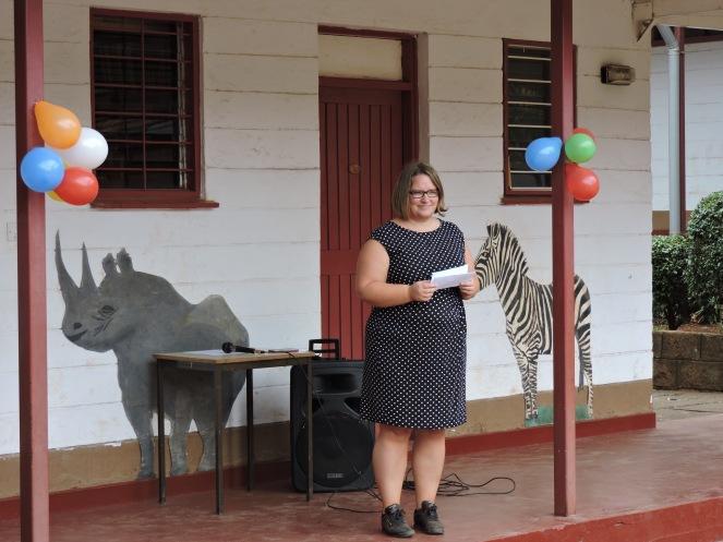 Rektor Margunn ønsker store og små velkommen til første skoledag